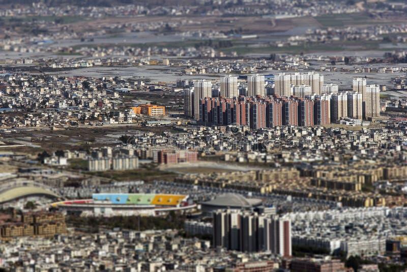efecto del Inclinación-cambio sobre ciudad china en Yunnan fotografía de archivo