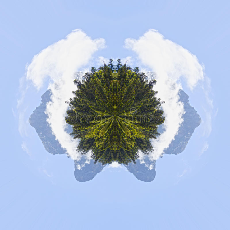 Efecto del planeta del ` Ossau de Midi d por la mañana detrás de árboles de pino, imagen de archivo libre de regalías