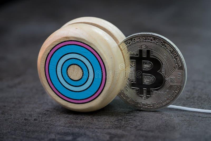 Efecto del yoyo del precio de mercado de Bitcoin, oscilación hacia arriba y hacia abajo, cryptocurre foto de archivo libre de regalías