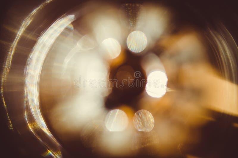 Efecto luminoso de la llamarada real de la lente sobre fondo oscuro Luz del sol refractada en vidrio Puede ser utilizado en sus i imágenes de archivo libres de regalías