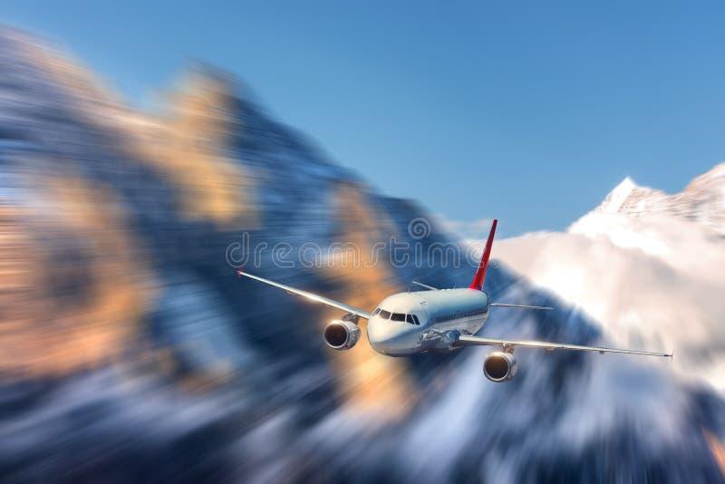Efecto moderno de la falta de definición de movimiento del mith del aeroplano en el día brillante soleado LAN foto de archivo libre de regalías