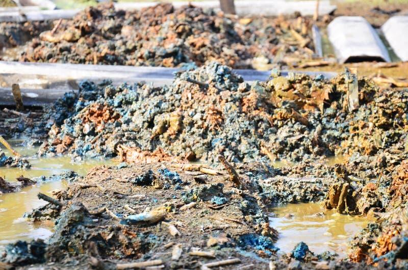 Efectos ambientales de las sustancias químicas y de los metales pesados en suelo imagen de archivo