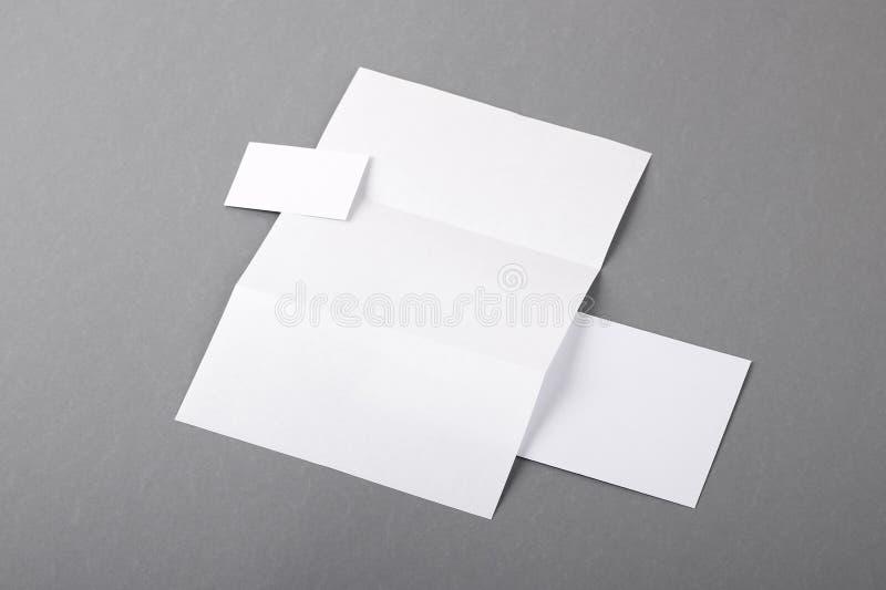 Efectos de escritorio básicos en blanco. Papel con membrete doblado, tarjeta de visita, envelo fotos de archivo