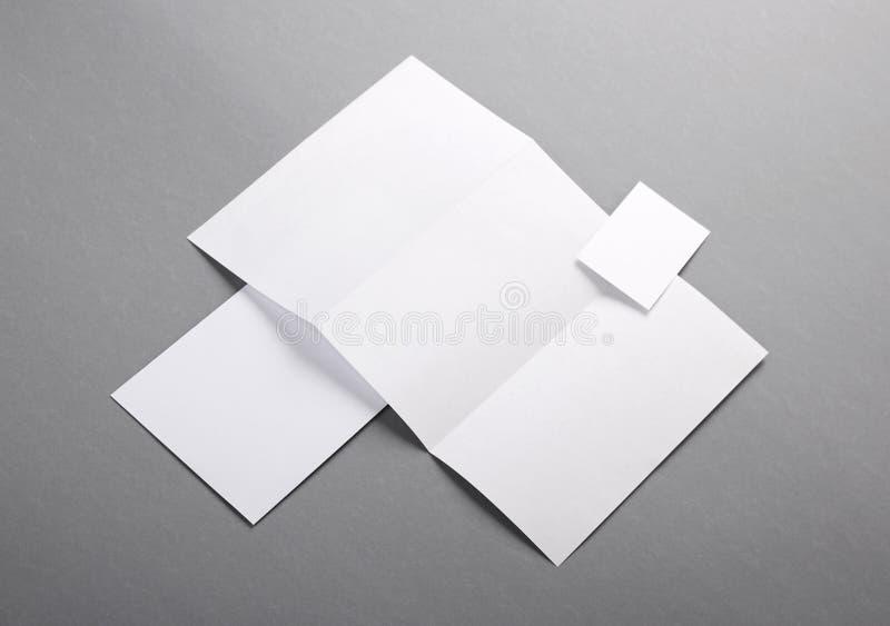 Efectos de escritorio básicos en blanco. Papel con membrete doblado, tarjeta de visita, envelo foto de archivo libre de regalías