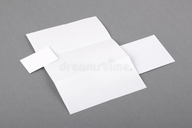 Efectos de escritorio básicos en blanco. Papel con membrete doblado, tarjeta de visita, envelo fotografía de archivo libre de regalías