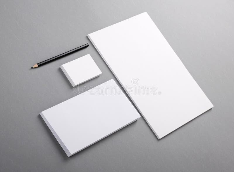 Efectos de escritorio básicos en blanco. Papel con membrete plano, tarjeta de visita, sobre imágenes de archivo libres de regalías
