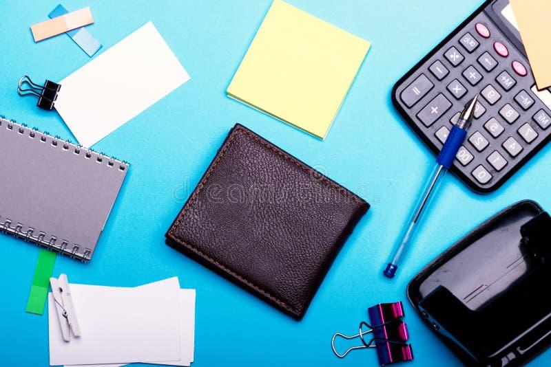 Efectos de escritorio, cartera y calculadora Tarjeta de visita con el espacio vacío imagen de archivo libre de regalías
