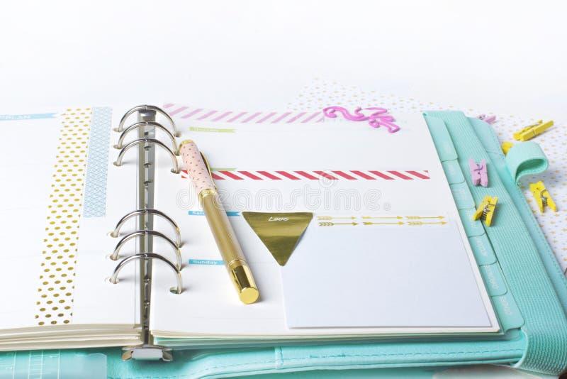 Efectos de escritorio femeninos: la carpeta de papel colorida acorta la palma y el flamin fotografía de archivo libre de regalías