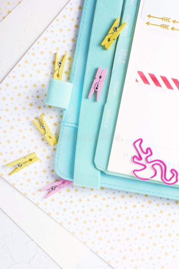 Efectos de escritorio femeninos: la carpeta de papel colorida acorta la palma y el flamin fotos de archivo