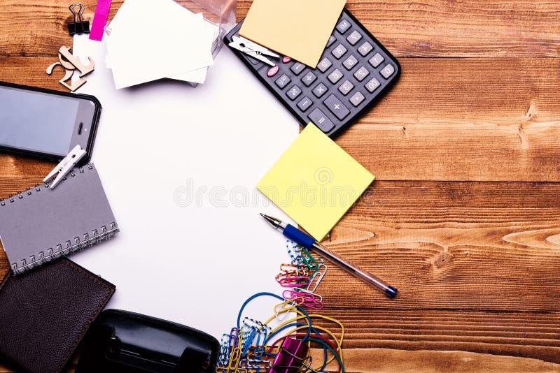 Efectos de escritorio y calculadora Concepto de los accesorios del negocio Cuaderno, señales, elástico, clips de papel coloreados fotografía de archivo