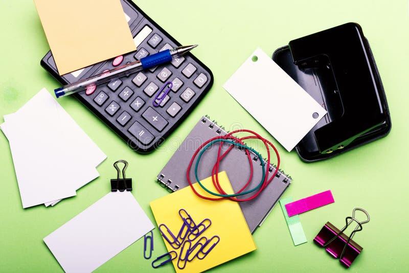 Efectos de escritorio y calculadora Cuaderno, señales, elástico y clips fotos de archivo