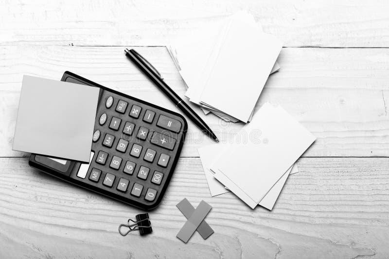 Efectos de escritorio y calculadora Etiquetas engomadas en color amarillo cerca de la pluma fotografía de archivo libre de regalías
