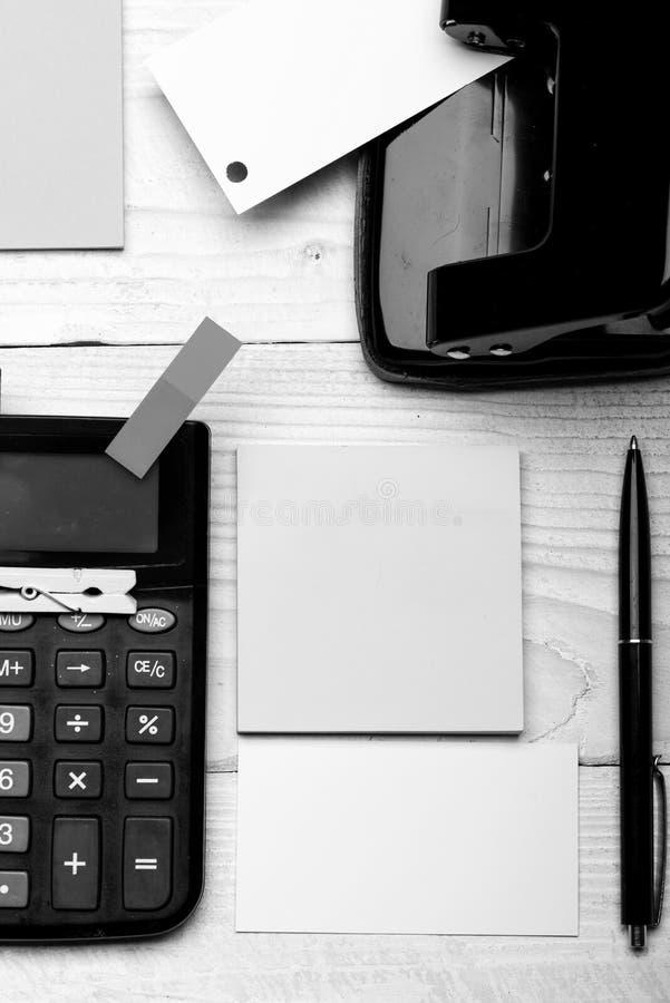 Efectos de escritorio y calculadora Materiales de oficina y concepto de la idea del negocio Tarjeta de visita imagen de archivo libre de regalías