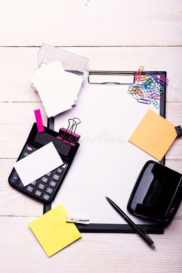 Efectos de escritorio y calculadora Tarjetas y carpetas de visita fotos de archivo libres de regalías