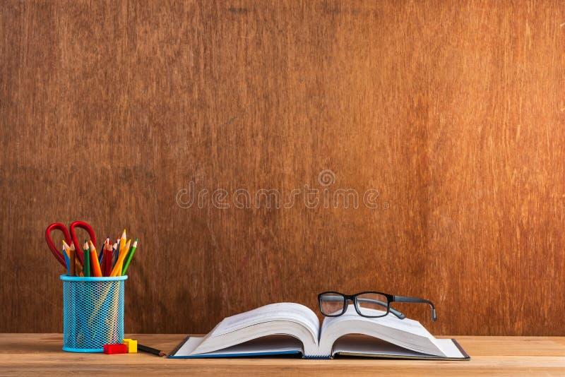 Efectos de escritorio y libro abierto fotos de archivo libres de regalías