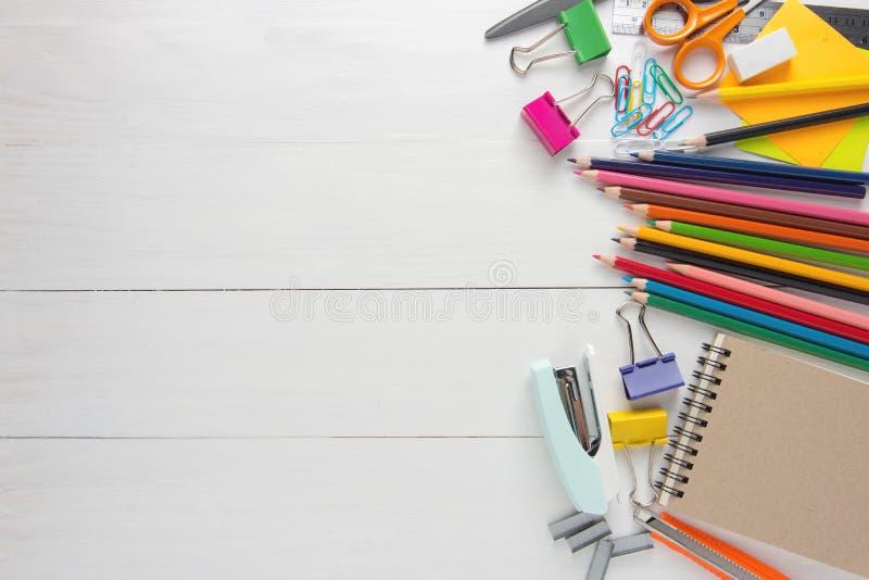 Efectos de escritorio y materiales de oficina de la escuela foto de archivo