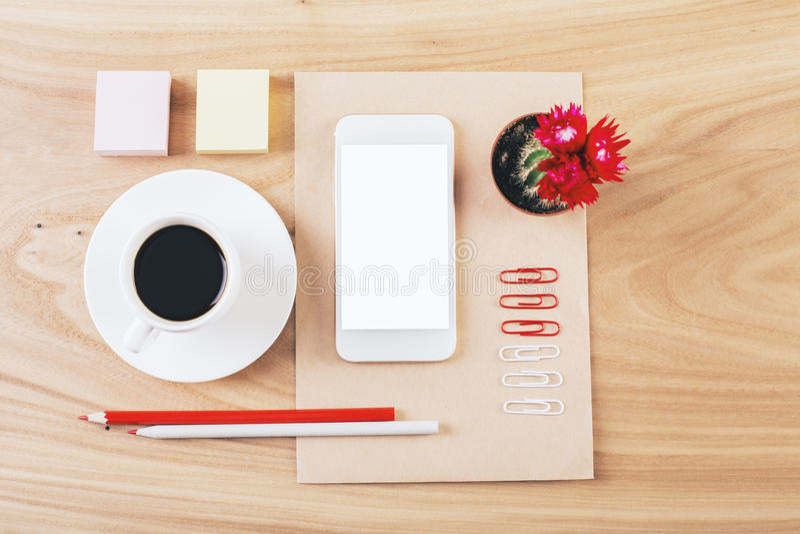 Efectos de escritorio y smartphone cuidadosamente organizados imágenes de archivo libres de regalías