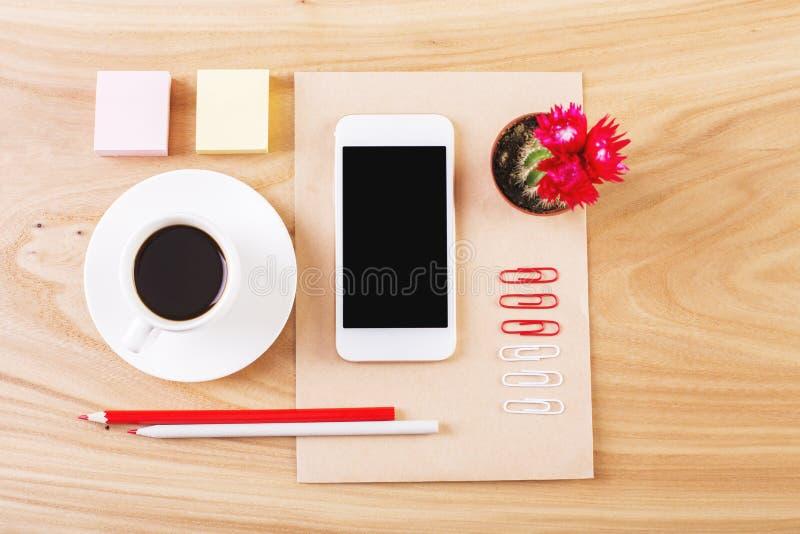 Efectos de escritorio y teléfono móvil cuidadosamente organizados imagenes de archivo