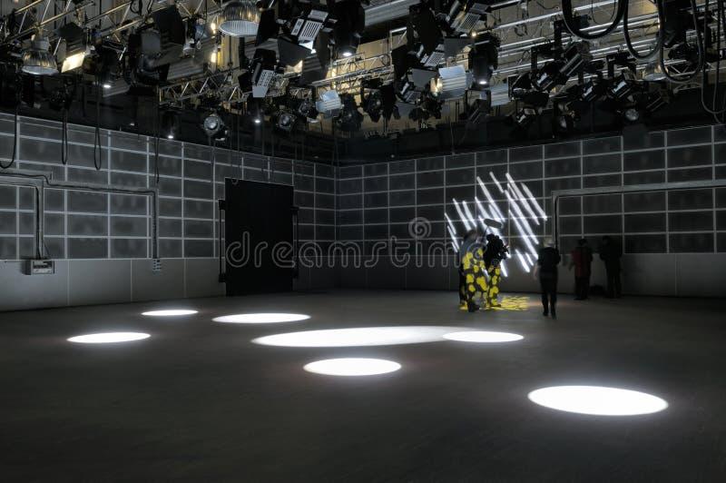 Efectos luminosos del estudio de la TV. fotografía de archivo libre de regalías