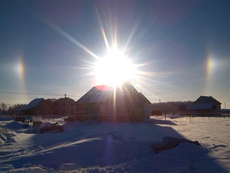 Efeito ótico do halo do inverno no céu fotografia de stock royalty free