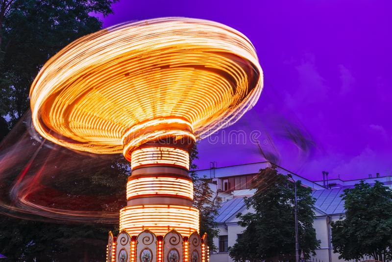 Efeito borrado do movimento do carrossel de giro iluminado do carrossel verão foto de stock royalty free