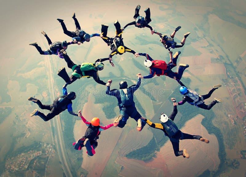 Efeito da foto do trabalho da equipe dos Skydivers imagens de stock