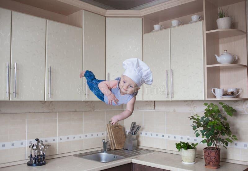 Efeito da levitação Criança alegre imagens de stock