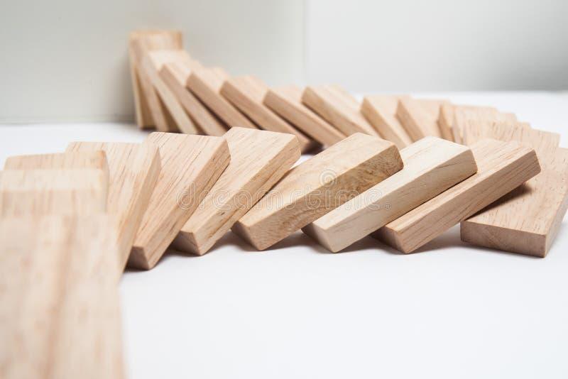 Efeito de dominó - fileira dos dominós brancos no fundo branco fotografia de stock