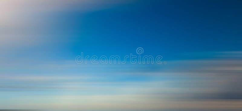 Efeito do borrão de movimento do céu azul para o fundo imagem de stock