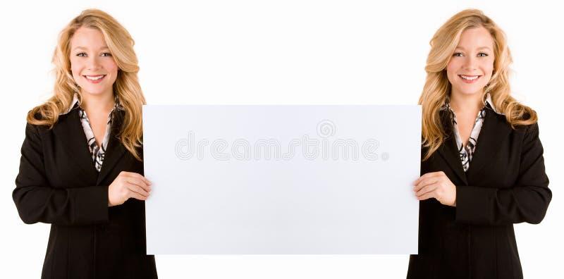 Efeito espelhado da mulher que prende um cartão em branco fotografia de stock royalty free