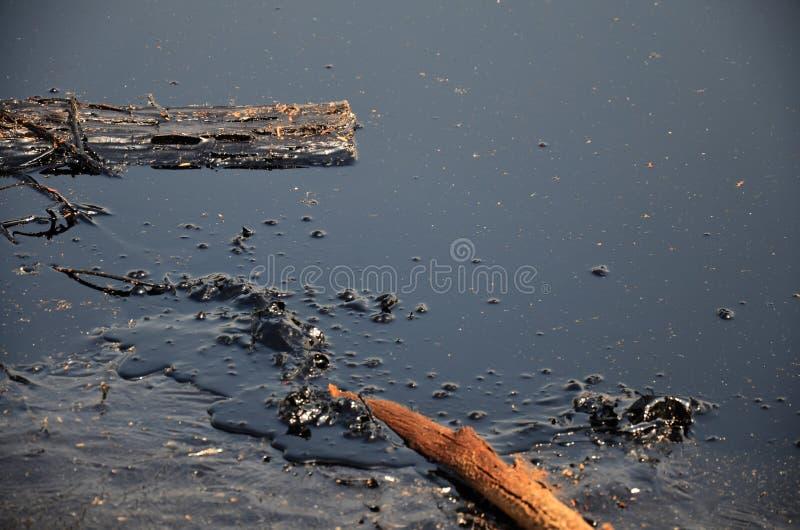Efeitos ambientais da água contaminada com os produtos químicos e o óleo foto de stock