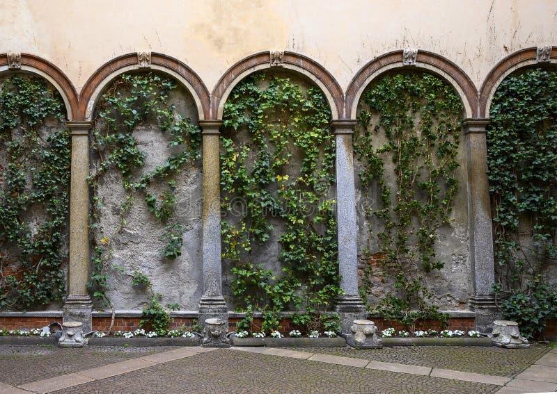 Efeu umfasste Wand und Blume plantars auf der Außenseite des Atellani-Hauses, Museo Vigna di Leonardo, Mailand lizenzfreie stockfotografie
