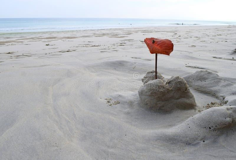 Effacé château de sable par l'enfant - jeu de sable chez Sandy Beach blanc avec la mer à l'arrière-plan - loisirs, amusement, jeu photographie stock
