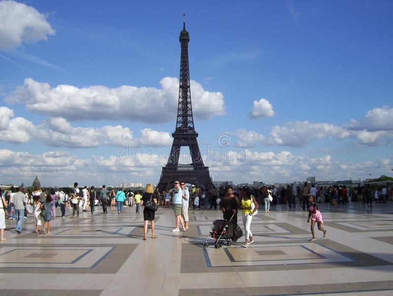 Effail de torre de La de contemplando d'en ParÃs d'Explanada photographie stock