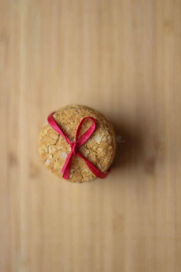 Effectuer des biscuits Tamplate de faire des biscuits Biscuits de Noël de cuisson avec le ruban rouge Fond de Noël de vacances po photographie stock
