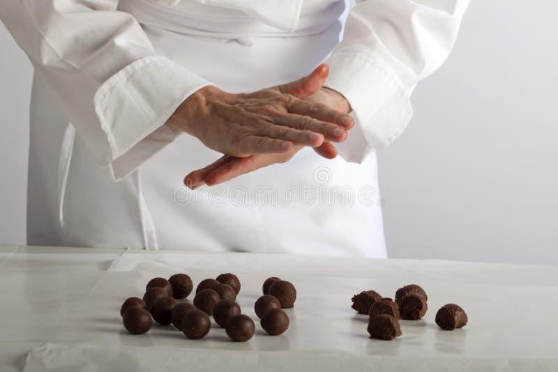 Effectuer des chocolats photo libre de droits