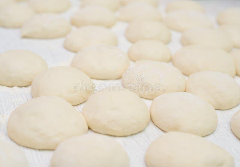 Effectuer des pains photos stock
