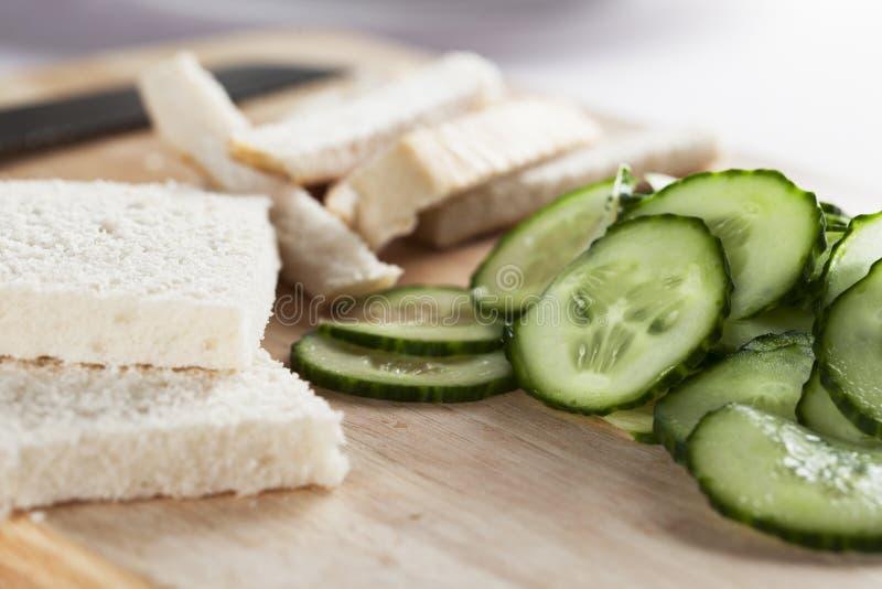 Effectuer des sandwichs à concombre images libres de droits
