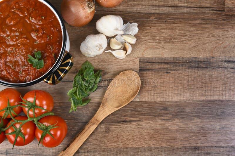 Effectuer la sauce tomate photo libre de droits