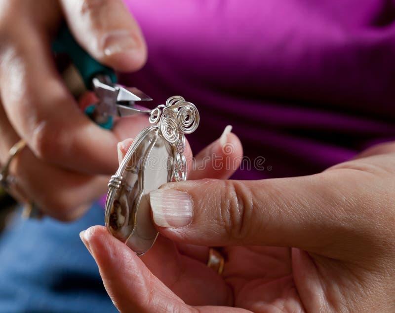 Effectuer le bijou à la maison effectué photos libres de droits