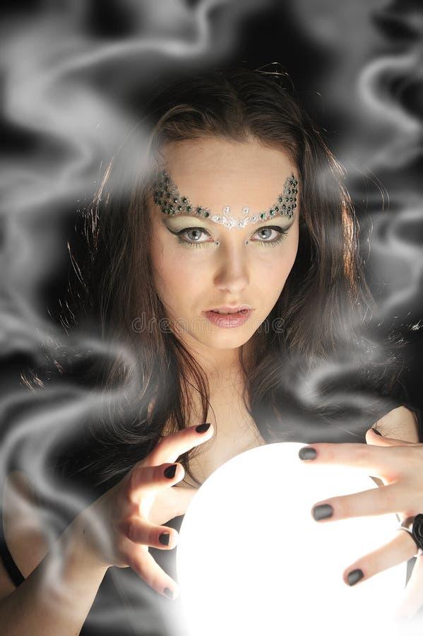 Effectuez le souhait avec une bille en cristal magique photographie stock