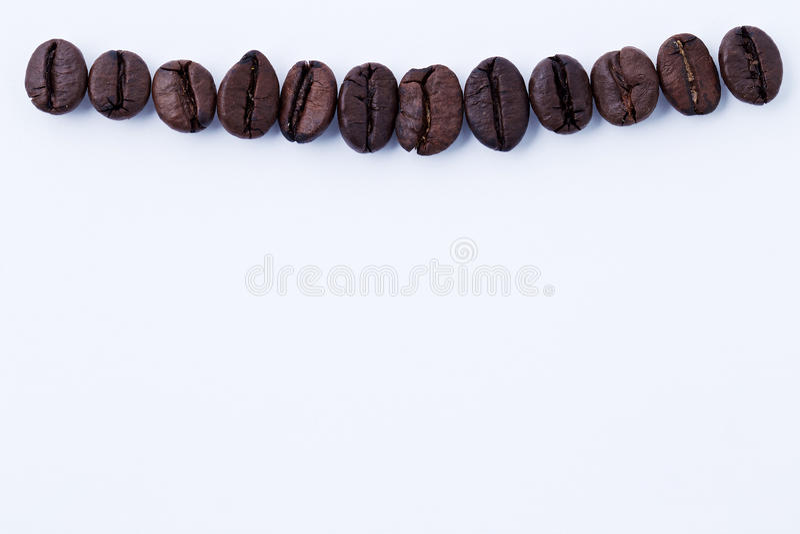 Effekt från nikotinbegreppet, kaffeböna i form av tanden royaltyfria bilder