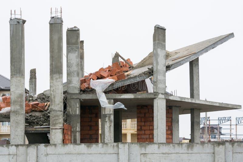 Effekter av bruk av opålitliga understödjande strukturer under konstruktionen av huset royaltyfri bild