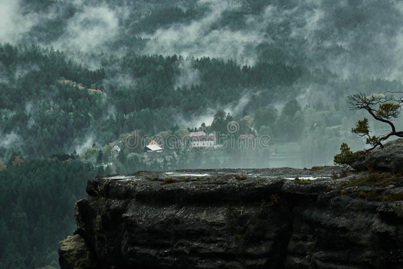 Effen donker nevelig regenachtig ochtendlandschap met zand rotsachtige montains in Tsjechisch Saksisch Zwitserland in de herfstkl stock afbeelding