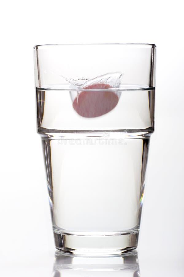 effervescent падая стеклянная вода таблетки стоковая фотография