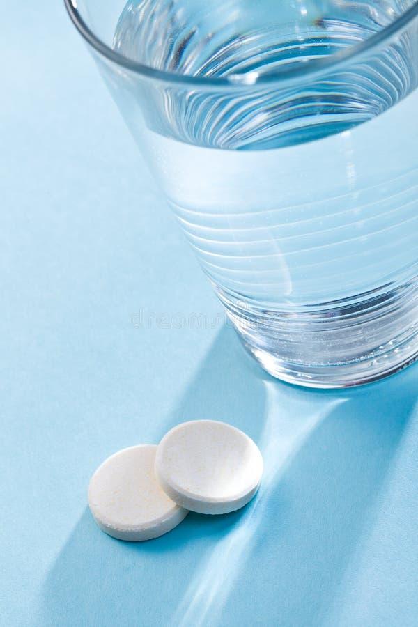 effervescent стекло tablets вода стоковая фотография