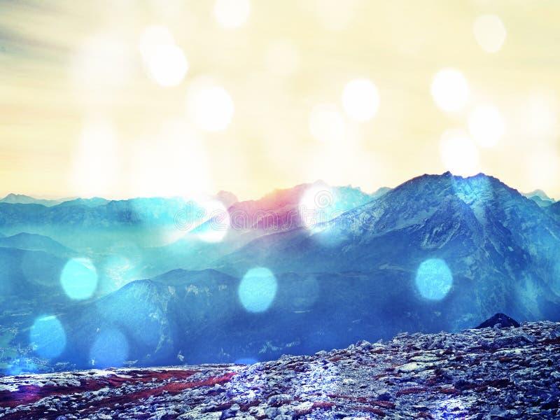 Effet de grain de film Montagnes d'Alpes dans la brume douce et l'humidité élevée d'air photos libres de droits