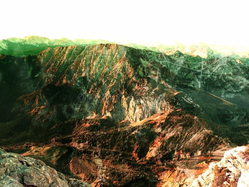 Effet de grain de film Montagnes d'Alpes dans la brume douce et l'humidité élevée d'air image libre de droits