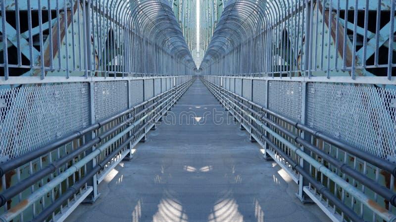 Effet de miroir sur un passage supérieur illustration de vecteur
