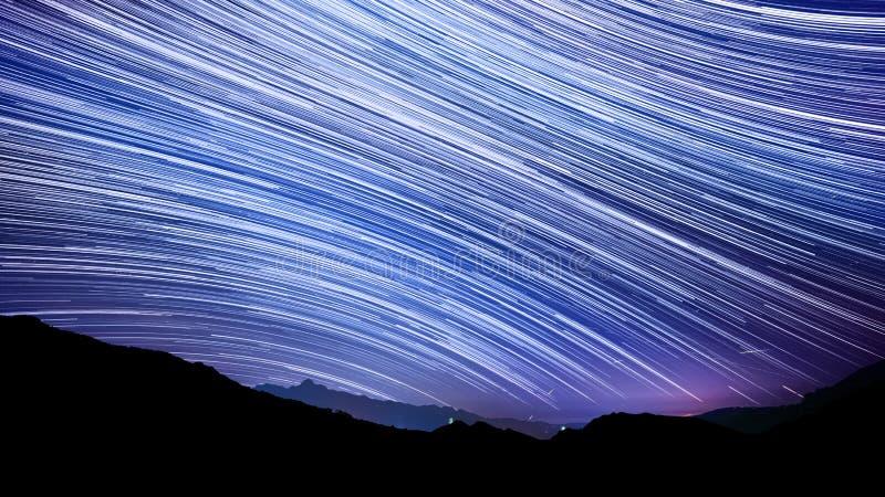 Effet de traînée d'étoile au-dessus de ciel nocturne de montagne images libres de droits